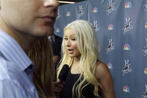 [Fotos+Videos] Christina Aguilera en la Premier de la 4ta Temporada de The Voice 2013 - Página 4 Th_985610497_001_Christina_Aguilera_04_122_207lo