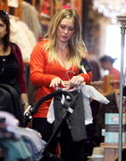 http://img188.imagevenue.com/loc537/th_216969443_Hilary_Duff_Shopping_in_Beverly_Hills8_122_537lo.jpg